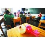 兰州安西路小学因课桌油漆味刺鼻 学生带洋葱上课