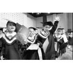 孩子幼儿园毕业走红地毯还领幼儿园毕业证