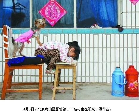 幼儿园小学化作业多(图)5岁孩子边上厕所边写作业