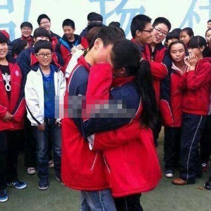商丘一高学生求爱接吻引围观.jpg