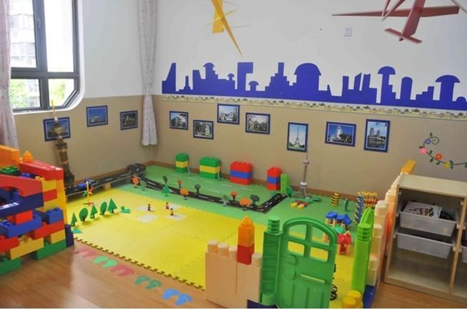 【学校简介】 南京军区上海实验幼儿园(也称上海警备区幼儿园),建立于1979年,现为全军示范幼儿园,上海市一级幼儿园,是中国创造学会创造教育实验基地、刘海粟儿童美术教育实验基地,同时也是一所以美术教育特色为抓手促进幼儿全面发展的集寄宿制、全日制为一体的幼儿园。校园文化主题为:厚德、凝聚、合作、分享、互助。 南京军区上海实验幼儿园对幼儿发展目标:培养健康活泼、勇敢自信、善于表达、合作关爱、好奇探究、具有初步审美、创美情趣和责任感的儿童。 【学校设施】 南京军区上海实验幼儿园拥有宽敞明亮的活动室,多元化的分