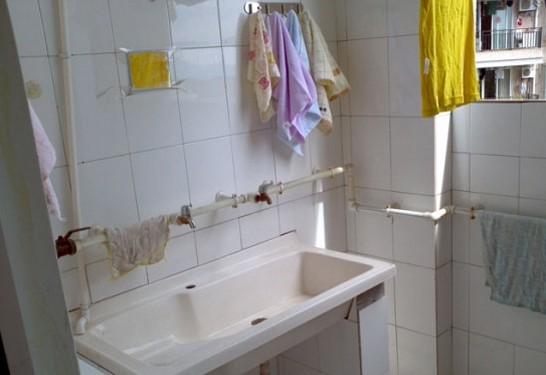 寝室有饮水机,可在楼下买桶装水.