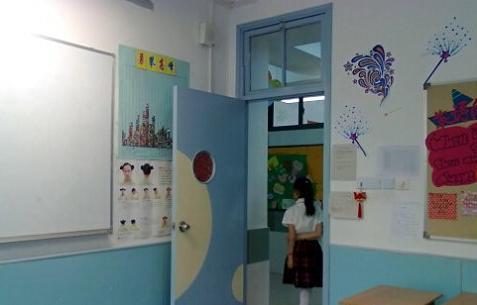 教室室内,门口都有高年级的学生志愿者.jpg