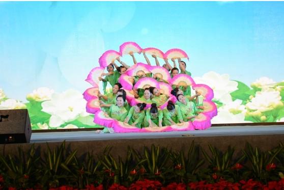 """薛峰小学创办于2003年9月,位于武汉薛峰社区。 学校遵循"""",以德为先,全面发展""""的办学理念。学校不断拓展办学思想,扩大办学领域,依法办学,从严治校,努力将学校建设成为特色鲜明、质量一流的名校。"""