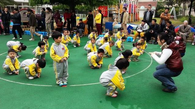 """时代幼儿园是一所上海市民办一级幼儿园,是协和教育中心所属幼儿园,座落于四季花香,绿荫环抱的新江湾城时代花园内,本园环境优美,设施齐全,有专门的活 动室。给孩子提供充分玩乐的场地。以""""一切为了孩"""