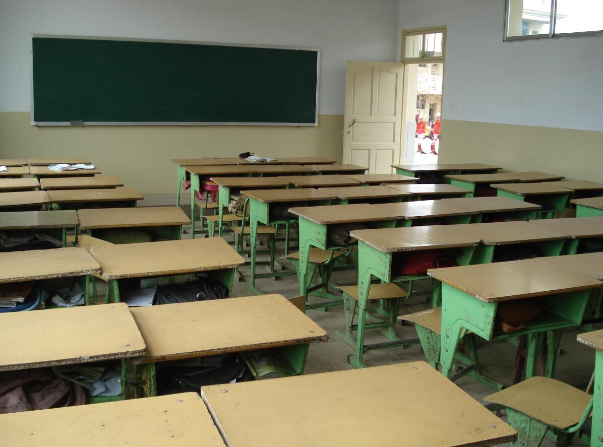 教室坐椅简笔画